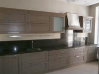 Кухонная столешница со стеновыми панелями из кварцевого камня. Стеновые панели из двух цветов кварцита.